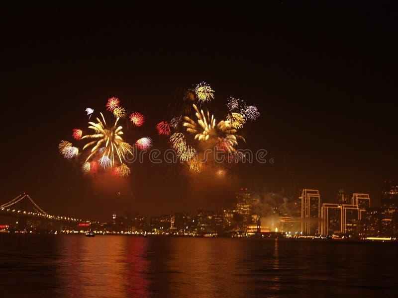 Brug met stad en vuurwerk stock foto