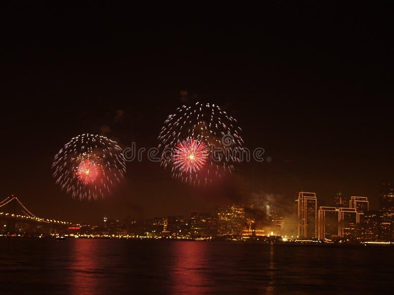 Brug met stad en vuurwerk royalty-vrije stock foto