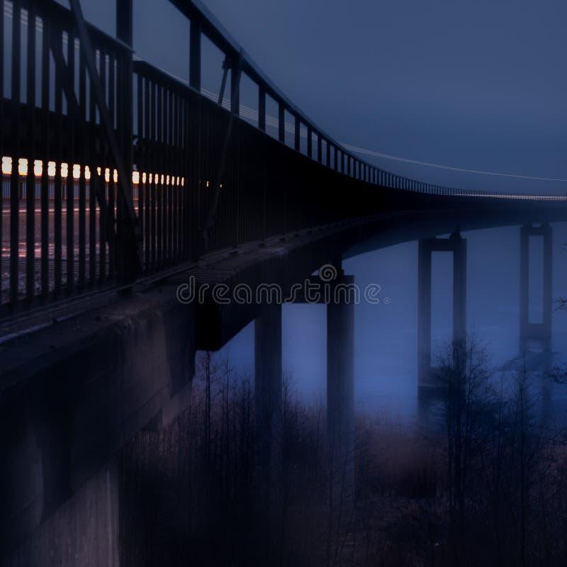 Brug in mist, blauwe toon royalty-vrije stock fotografie