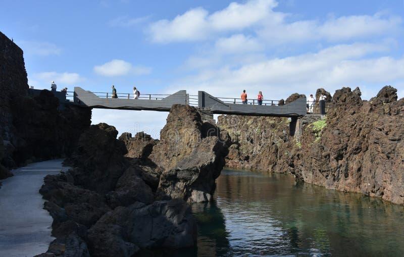 Brug om de natuurlijke pools van Porto Moniz, Madera te bereiken stock afbeelding