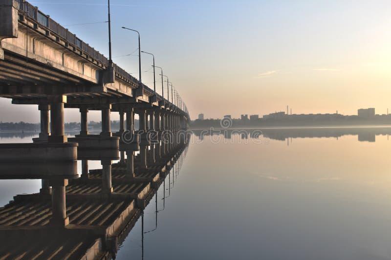 Brug op de rivier stock fotografie