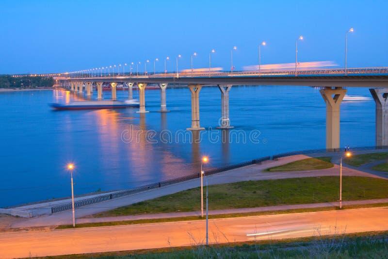 Brug op de Rivier Volga stock foto
