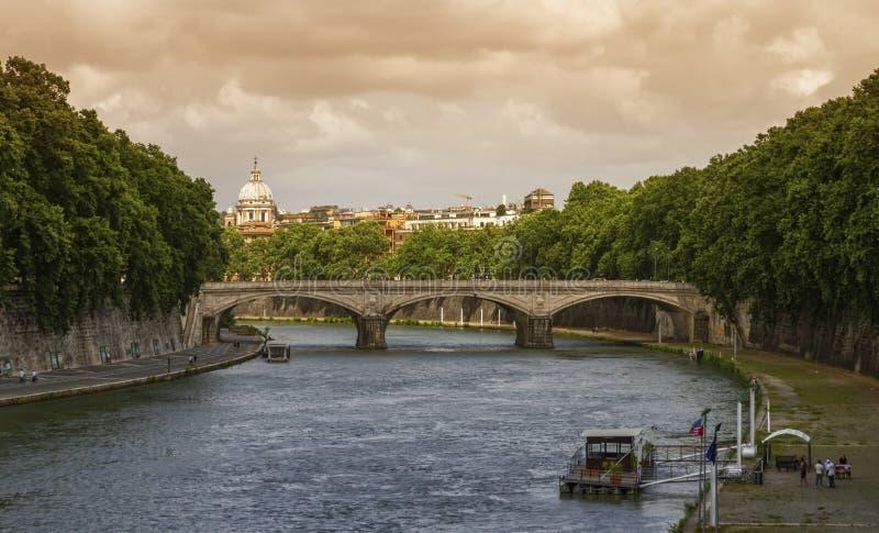 Brug op de Tiber en de koepel van de Sint-Peter Basilica in Rome, Italië stock afbeeldingen
