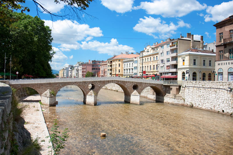 Brug op rivier Miljacka in Sarajevo royalty-vrije stock afbeeldingen