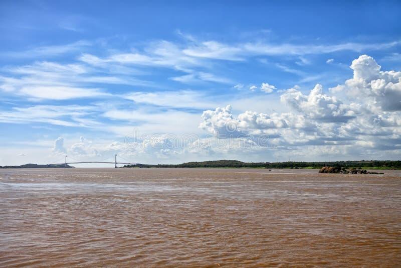 Brug over bruine wateren van de rivier van Orinoco in Sudad-Bolívar royalty-vrije stock foto
