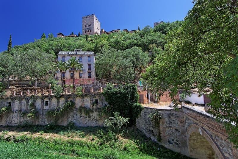 Brug over Darro rivier, Granada stock fotografie