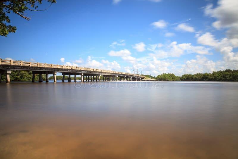 Brug over de Grote vlotte waterweg van de Hickorypas in Bonita Springs stock afbeelding