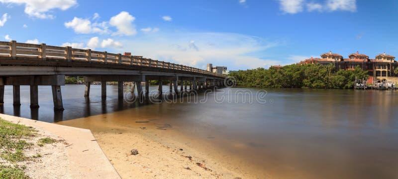 Brug over de Grote vlotte waterweg van de Hickorypas in Bonita Springs royalty-vrije stock foto's