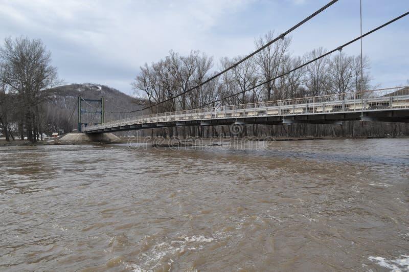 Brug over de overstroomde rivier stock afbeeldingen