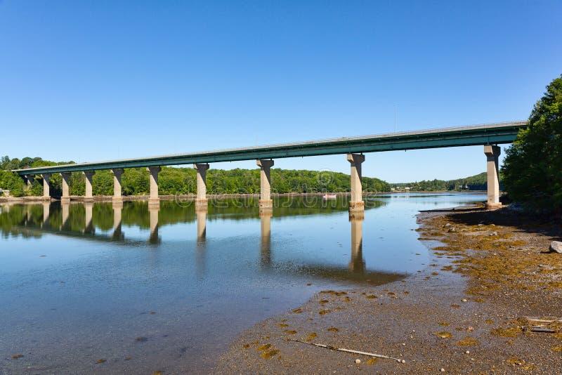 Brug over de Passagassawakeag-Rivier in Belfast, Maine royalty-vrije stock foto