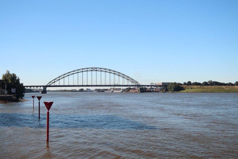 Brug over de rivier Noord in Alblasserdam in Nederland stock afbeeldingen