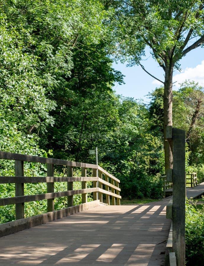 Brug over de Rivier Pinn bij Lange Weide, Eastcote die, Hillingdon, het UK, oude beboste waterweide een deel van de Celadine-Mani stock fotografie