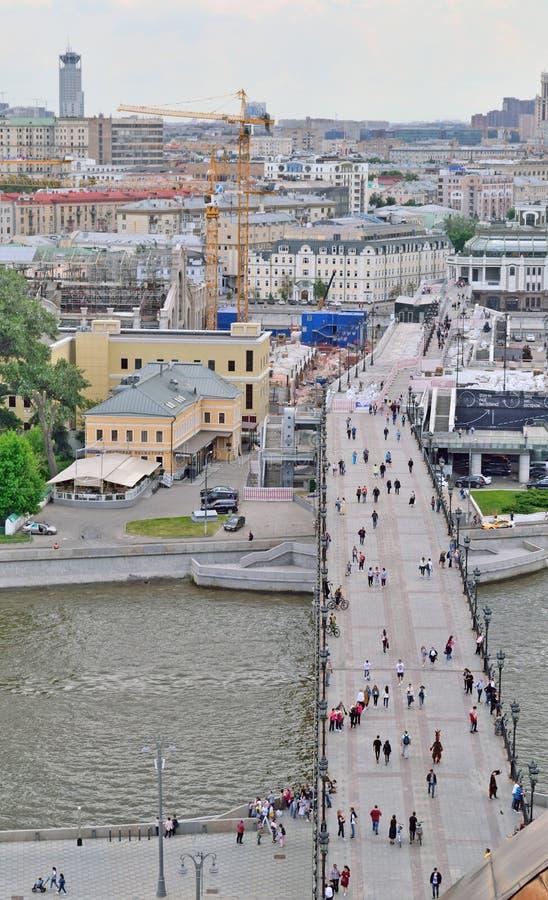 Brug over de Rivier van Moskou in Moskou, Rusland, die tot de tempel, hoogste mening leiden stock afbeeldingen