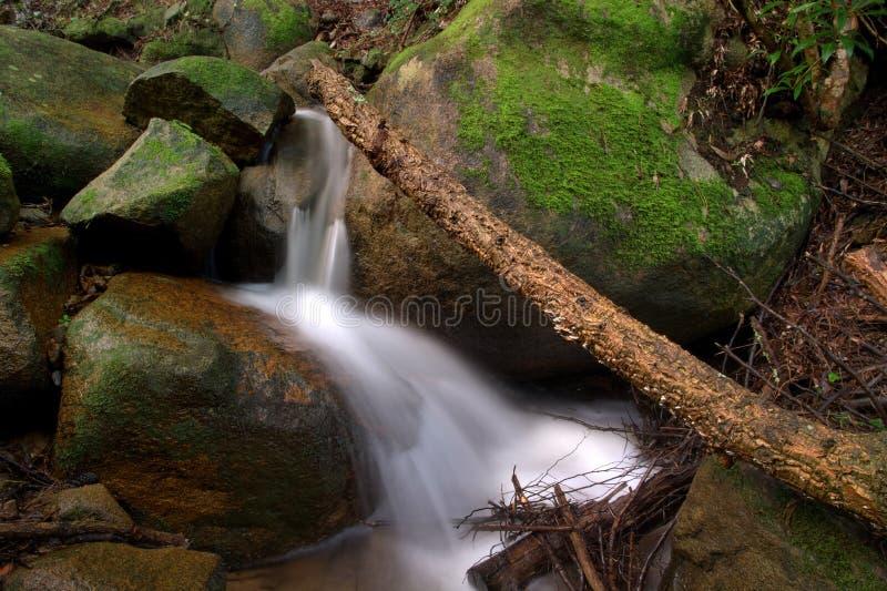 Brug over de waterval royalty-vrije stock afbeelding