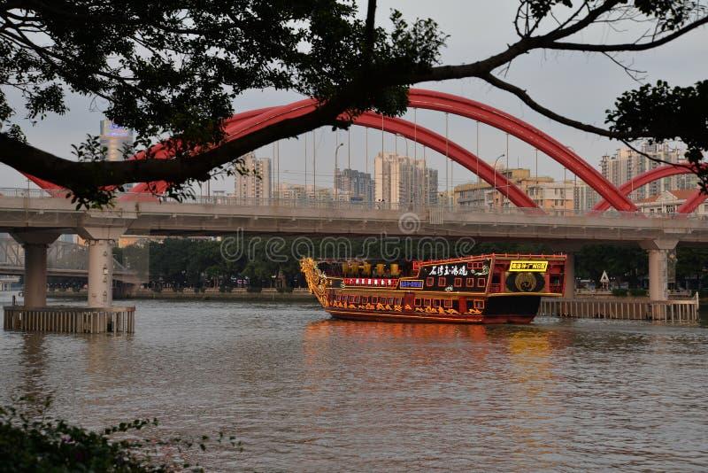 Brug over de Zhujiang-rivier met schip, Guangzhou, China stock foto
