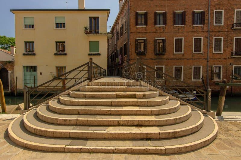 Brug over een kanaal in Veneti?, Itali? stock foto