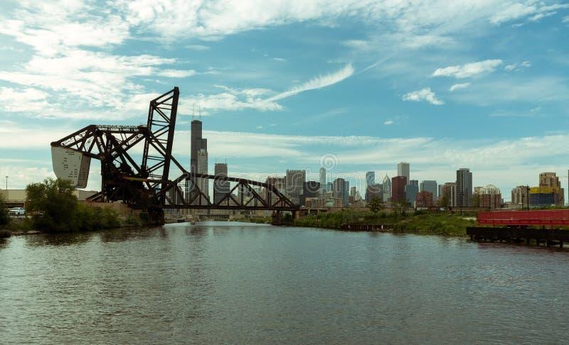 Brug over een rivier in Chicago de stad in stock afbeeldingen