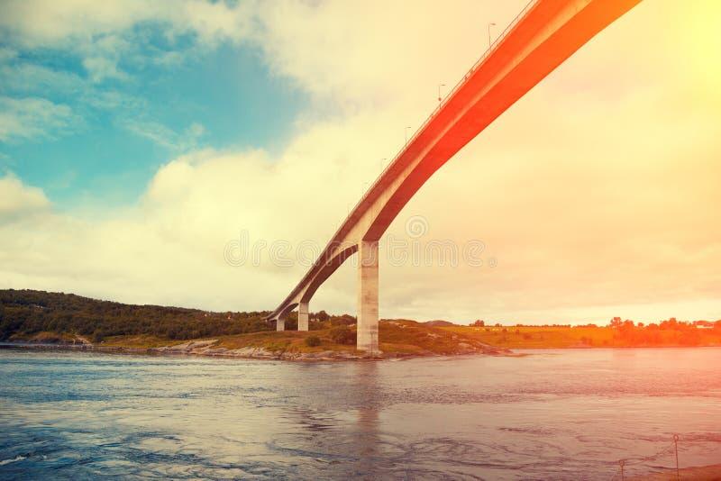 Brug over fjord bij zonsondergang stock afbeeldingen