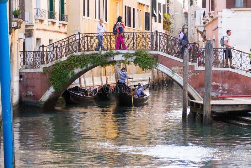Brug over het kanaal in een stille straat in Venetië stock afbeeldingen