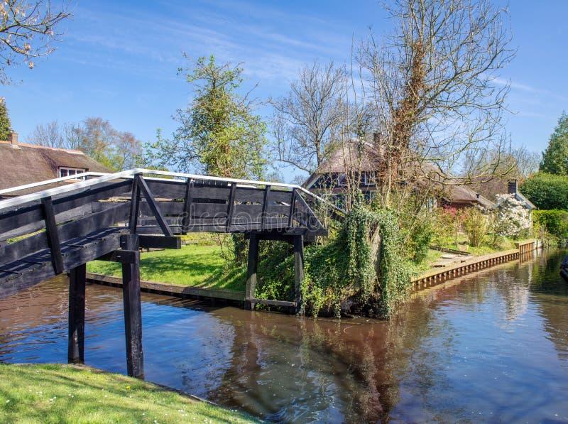 Brug over kanaal in Giethoorn stock foto's