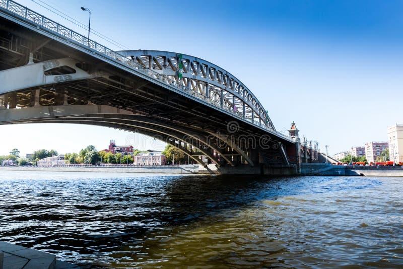 Brug over Moskou-Rivier Rusland royalty-vrije stock afbeelding