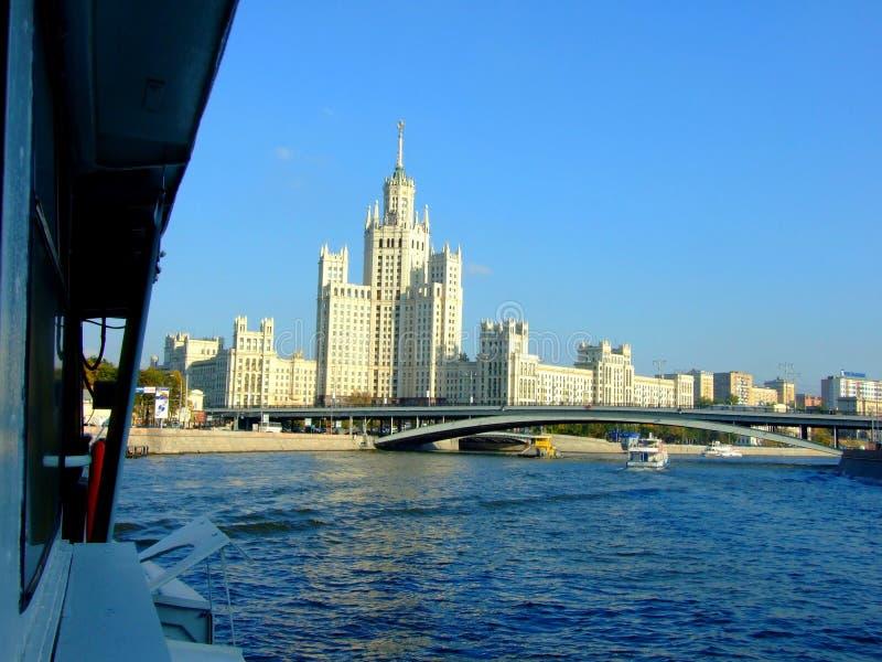 Brug over Moskva-rivier in Moskou stock fotografie