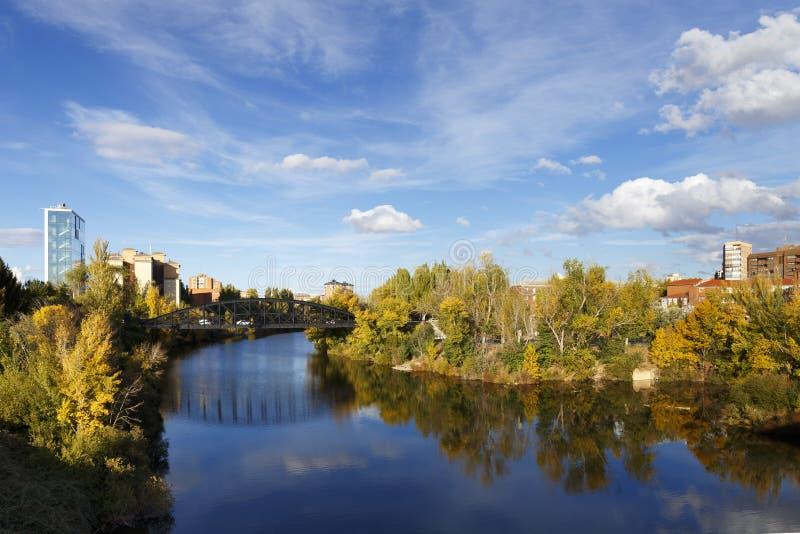 Brug over Pisuerga-Rivier in Valladolid, Spanje stock fotografie