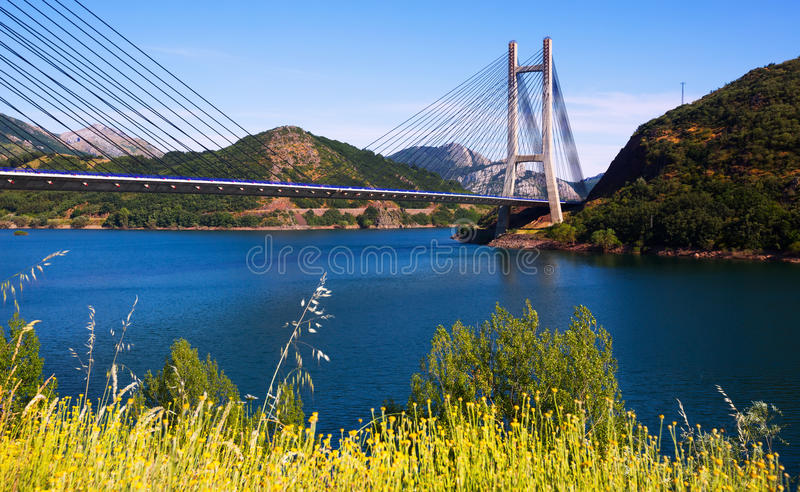Brug over reservoir van Barrios DE Luna royalty-vrije stock foto