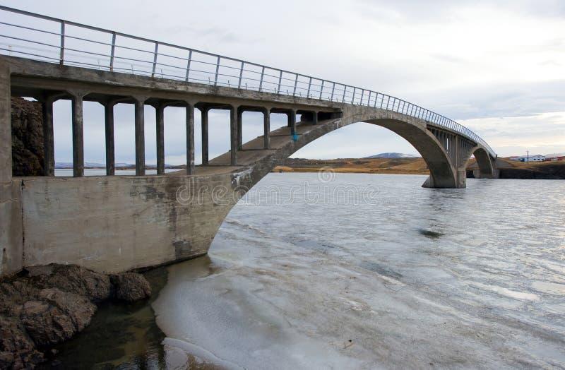 Brug over rivier stock foto's