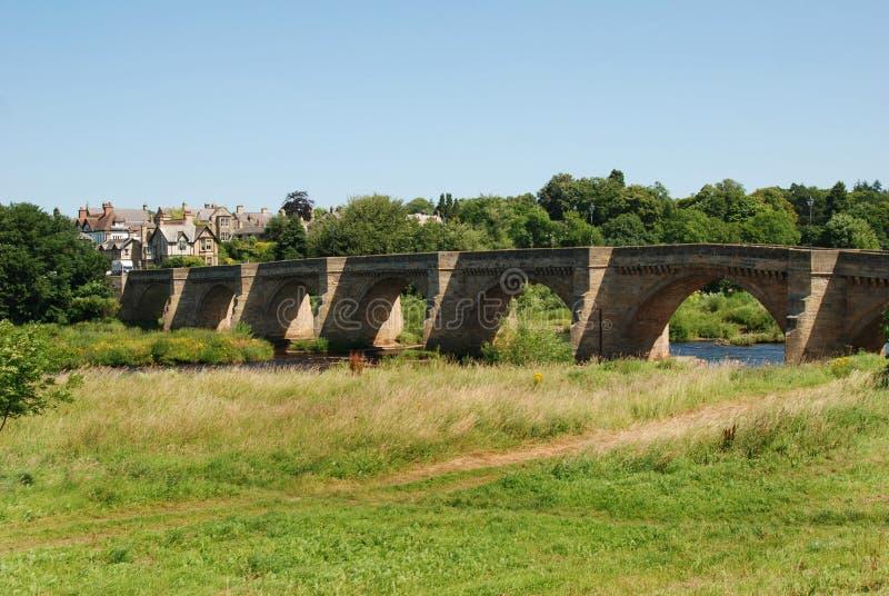 Brug over rivier de Tyne in Corbridge in de zomer royalty-vrije stock foto's