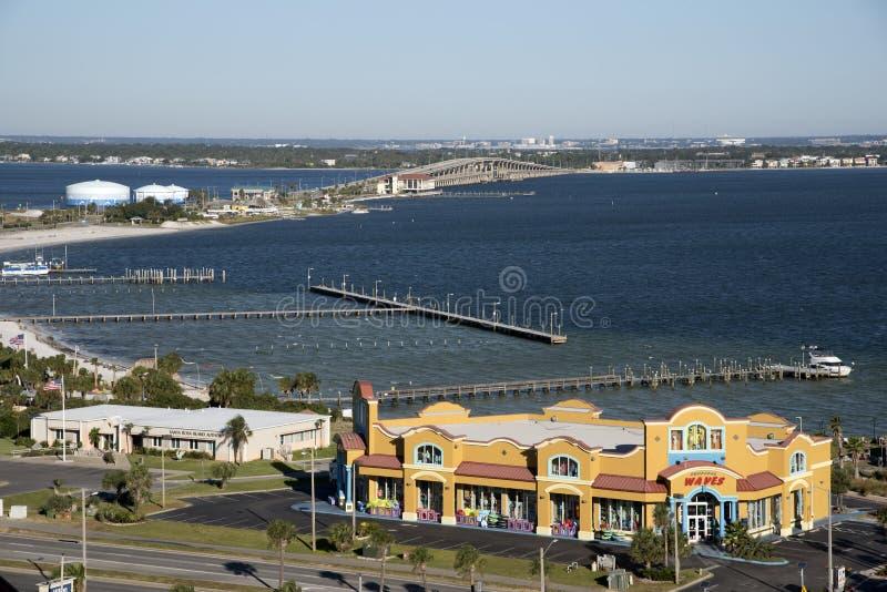 Brug over Santa Rosa Sound van Pensacola-Strand wordt gezien dat royalty-vrije stock fotografie