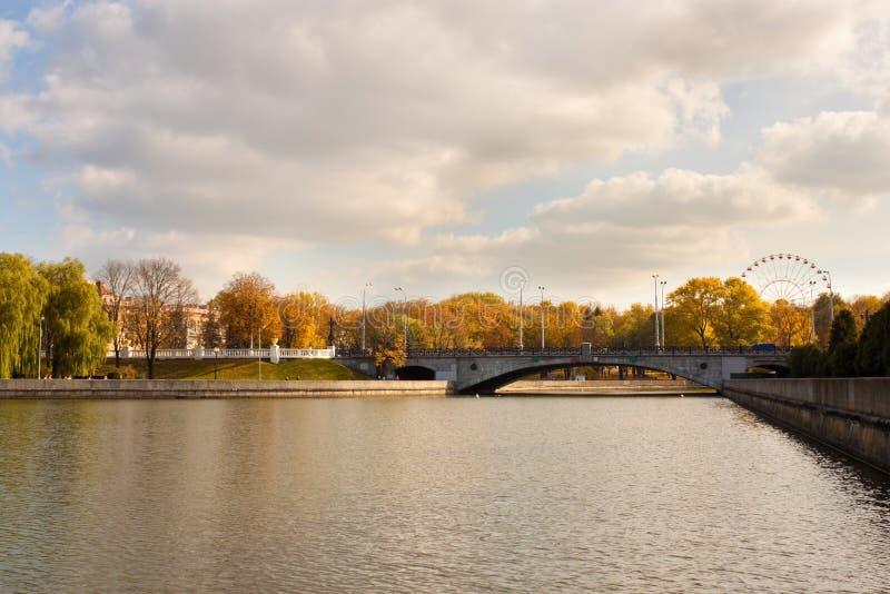 Brug over Svisloch-rivier in Minsk royalty-vrije stock foto
