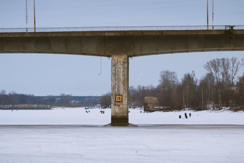 Brug over Volga rivier stock afbeeldingen
