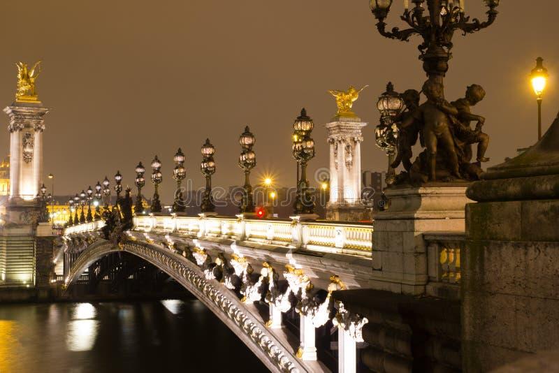 Brug in Parijs bij nacht stock foto