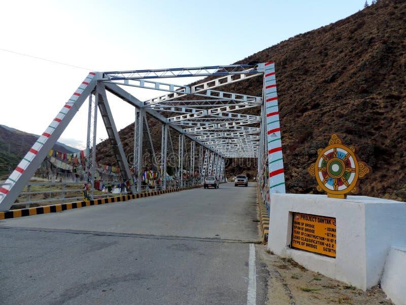 Brug in Paro, Bhutan, in het kader van Project Dantak wordt geconstrueerd die stock afbeeldingen