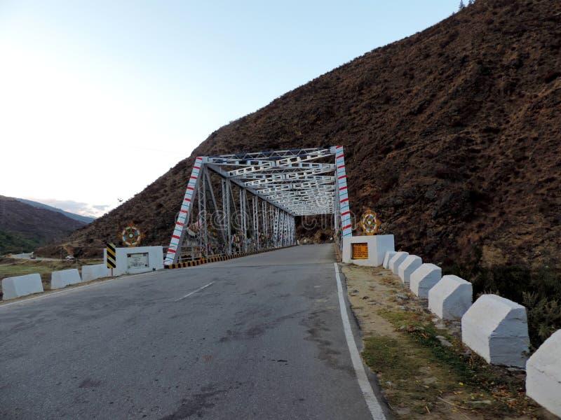 Brug in Paro, Bhutan, in het kader van Project Dantak wordt geconstrueerd die stock afbeelding