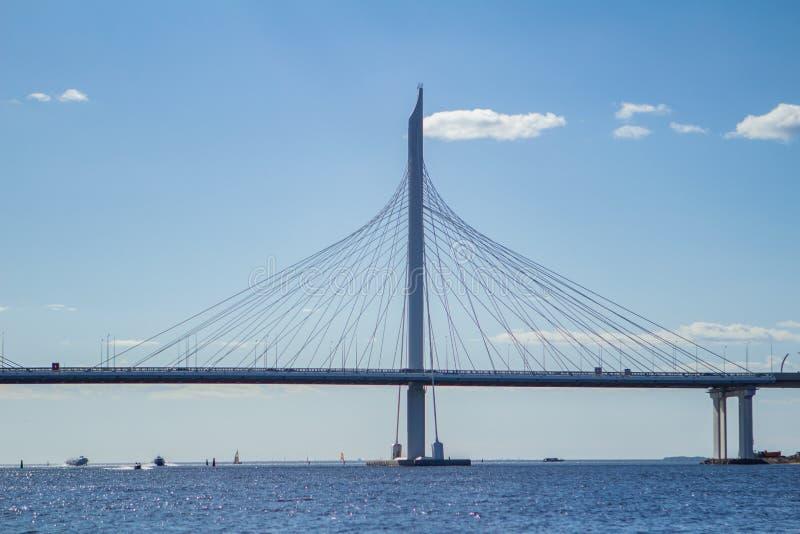 Brug in Petrovsky-fairway WHSD-viaduct boven overzees St Petersburg, Rusland royalty-vrije stock foto