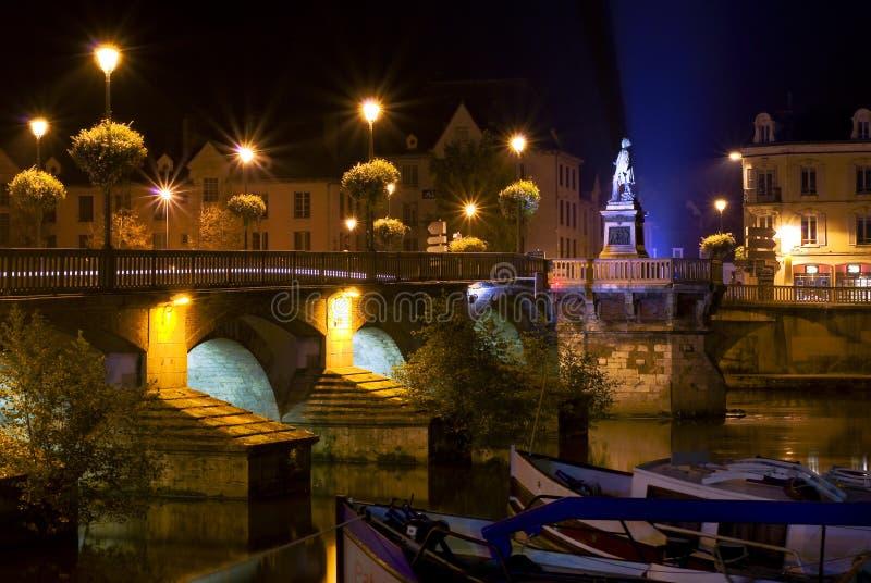 Brug 's nachts in Auxerre royalty-vrije stock foto's