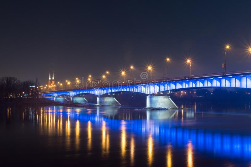 Brug slasko-Dabrowski over Vistula-Rivier bij nacht in Warshau, Polen stock foto