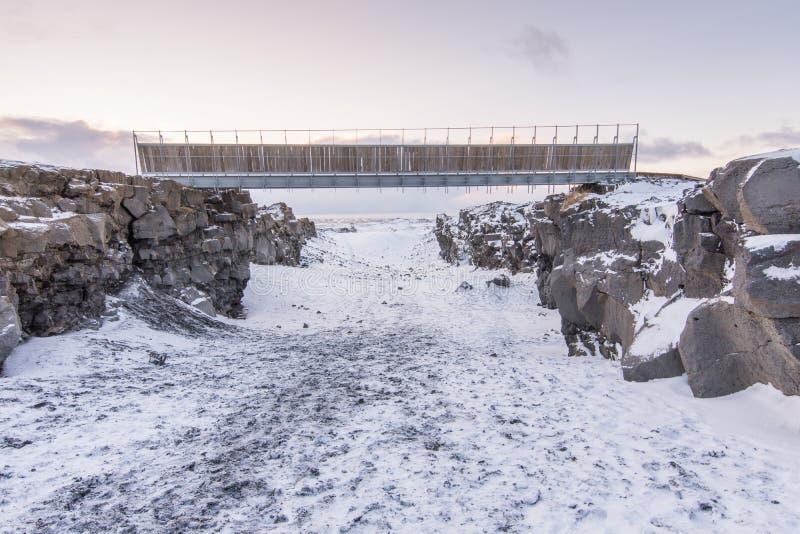 Brug tussen Europa en Noord-Amerika op Reykjanes-Schiereiland stock afbeeldingen