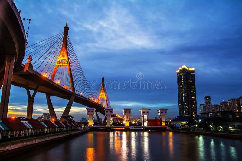 Brug van de stadsnacht van Bangkok stock afbeeldingen