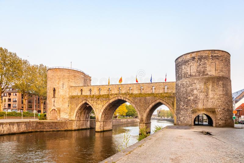 Brug van gaten of Pont des Trous, de middeleeuwse brug over de Escaut, Tournai, België royalty-vrije stock foto