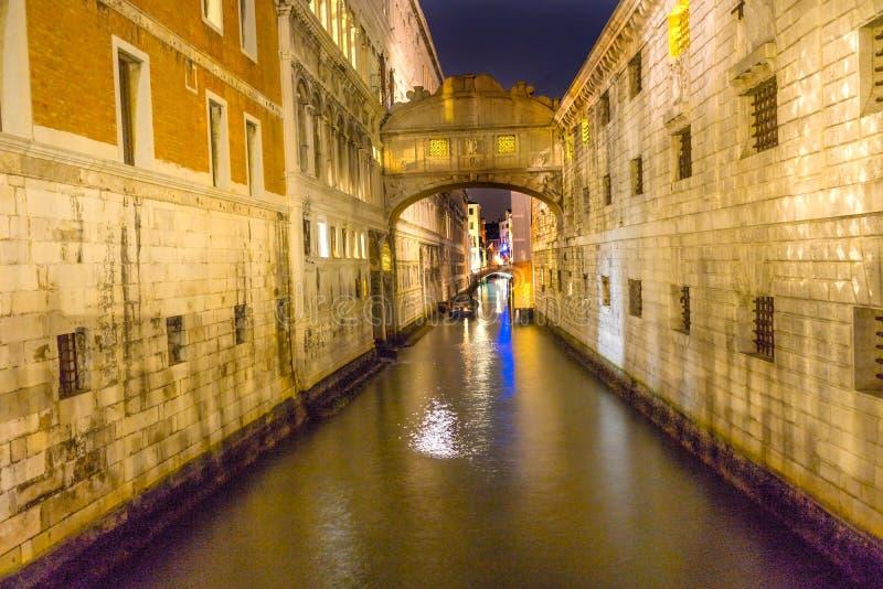 Brug van Sighs Nacht Kleurrijk Zijkanaal Venetië Italië stock fotografie