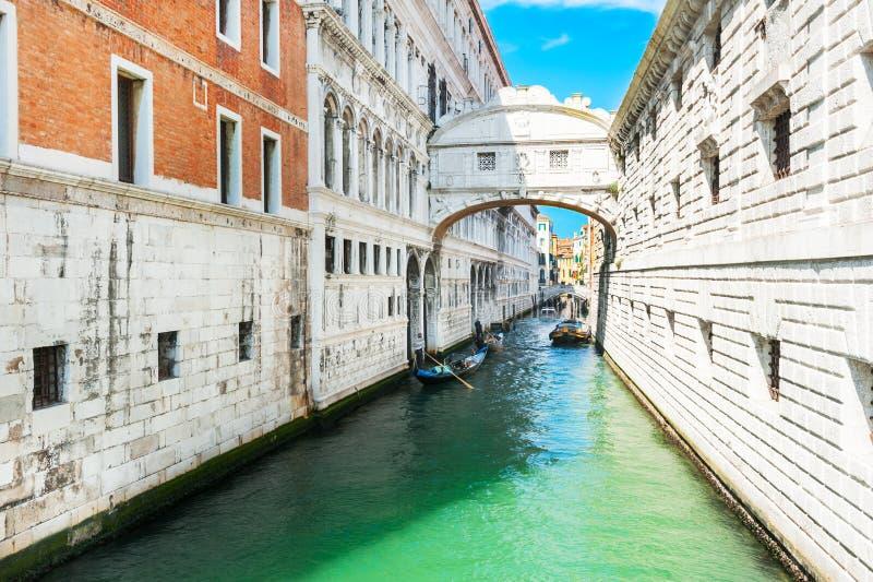 Brug van Sighs op toneelkanaal in Venetië, Italië stock afbeelding