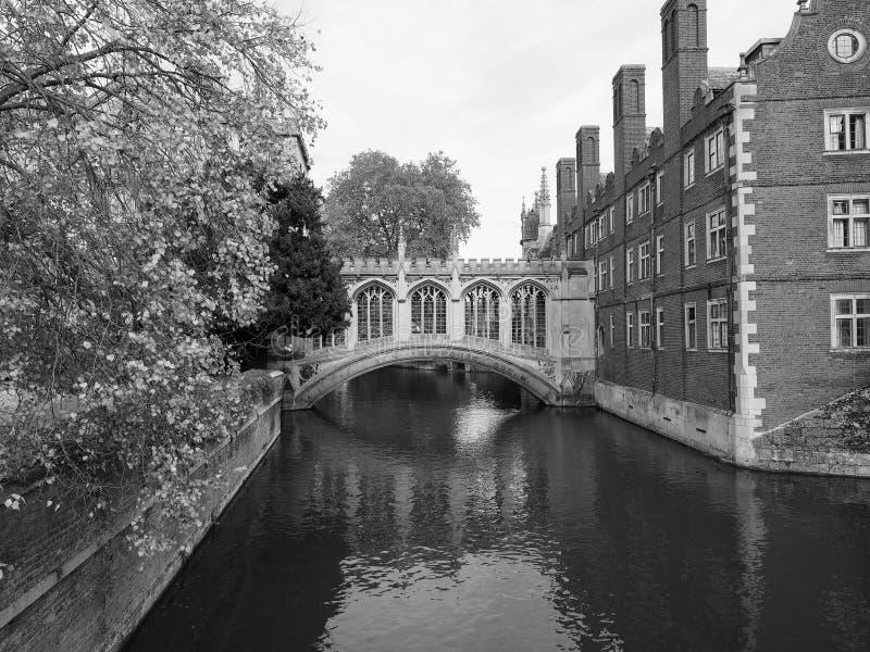Brug van Sighs over riviernok bij St John Universiteit in zwart-wit stock afbeelding