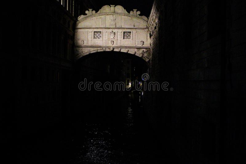 Brug van Sighs 's nachts, Venetië Italië stock foto's