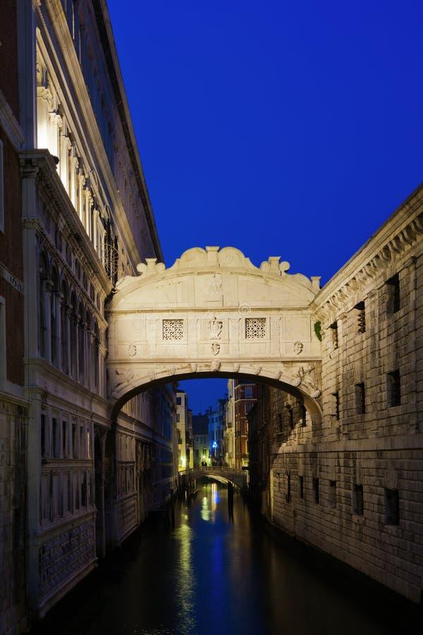 Brug van Sighs in Venetië bij nacht stock foto