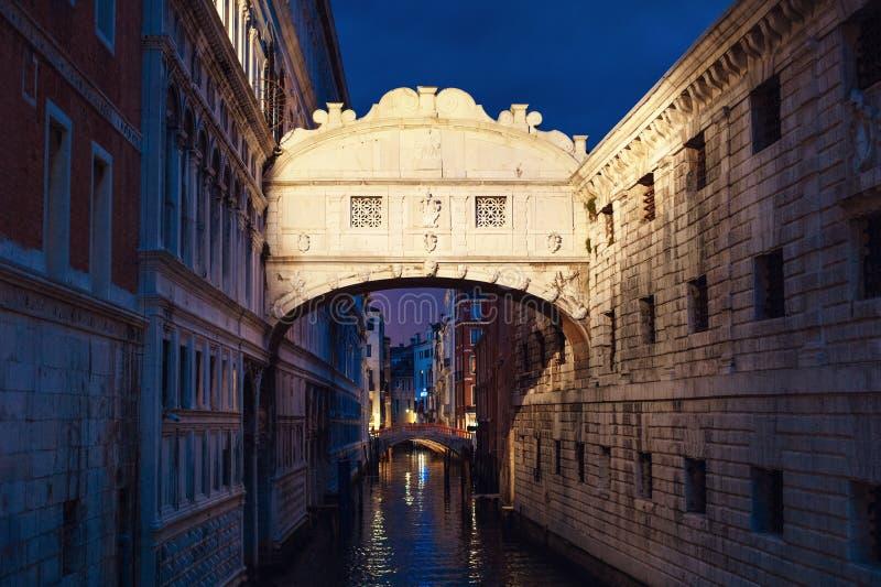 Brug van sighs in Venetië, Italië De beroemde Brug van Venetië van de 17de eeuw stock afbeelding