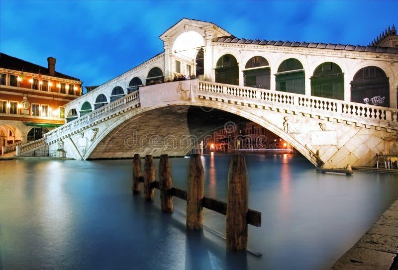 Brug Venetië - Rialto bij schemer, Italië stock foto
