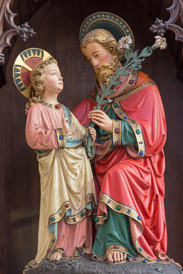 BRUGES, BÉLGICA - 13 DE JUNHO DE 2014: A estátua gótico neo de St Joseph com Jesus pequeno na igreja de St Giles imagens de stock